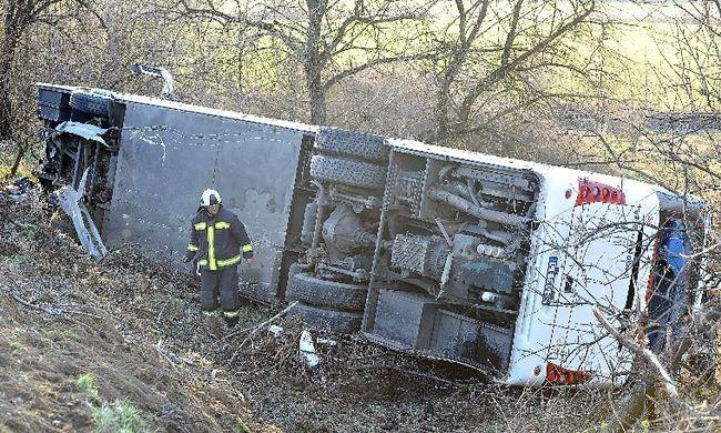 30 utasból 25 megsérült, véget ért a busz mentése