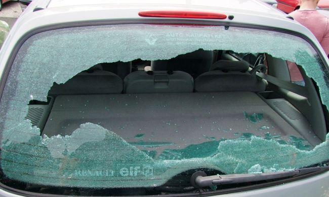 Kövekkel dobált autókat - milliós károkat okozott