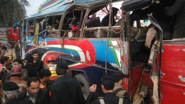 Félig megsemmisült a busz a robbanástól