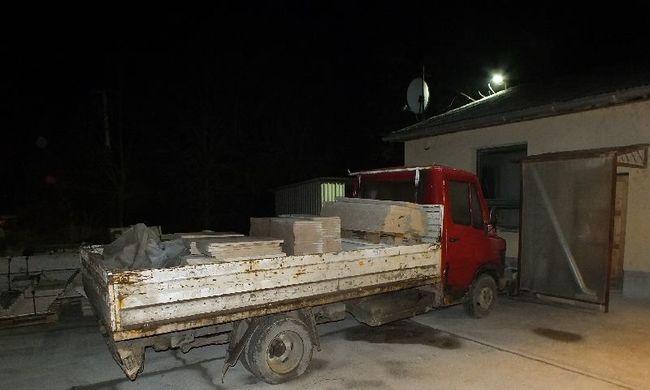 Mészkőlapokat loptak teherautóval