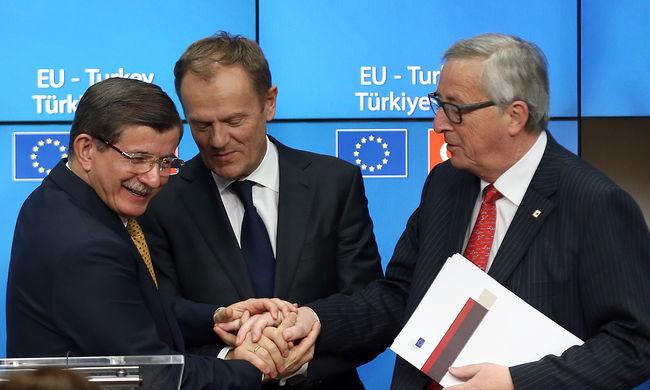Megállapodtak Brüsszelben: vasárnaptól visszaküldik a migránsokat Törökországba