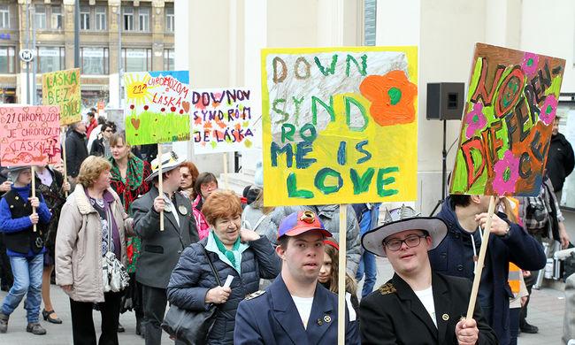 """""""Mutassuk meg, mennyire vágynak a boldogságra"""" - karnevál a Down-szindróma világnapján"""