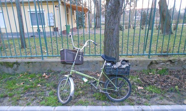 Újságokkal együtt lopat el a kézbesítő biciklijét: mert haza akart menni