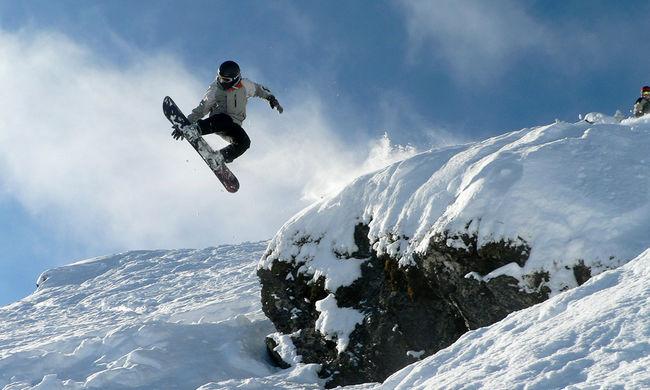Ez a budai fiú kicselezte az időjárást, snowboarddal ment dolgozni - videó