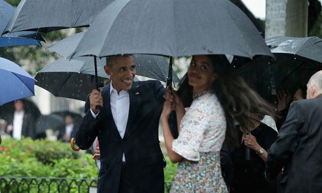 Szakadó esőben a kubai óvárosban sétált Obama