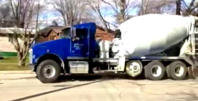 Ellopott egy betonkeverőt egy 11 éves kisfiú, egy órán át üldözték a rendőrök - videó