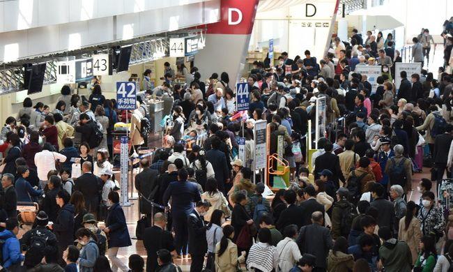 Több mint 16 ezer ember rekedt Japán repülőterein