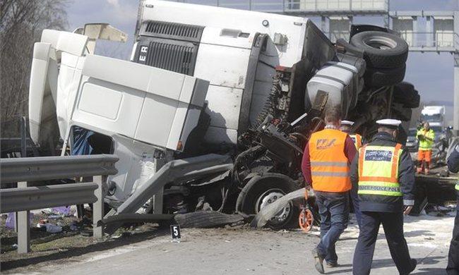 Dugó az M0-áson: átszakította a szalagkorlátot és felborult a kamion