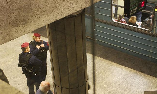 Leállt az M3-as metró Budapesten, füstszag terjeng
