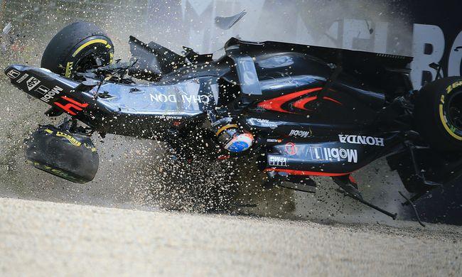 Alonso lehet, hogy nem tudott volna kimászni az autóból, ha azon van fejvédő keret