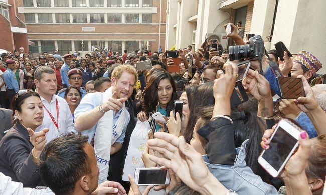 Harry herceg segít újjáépíteni egy iskolát