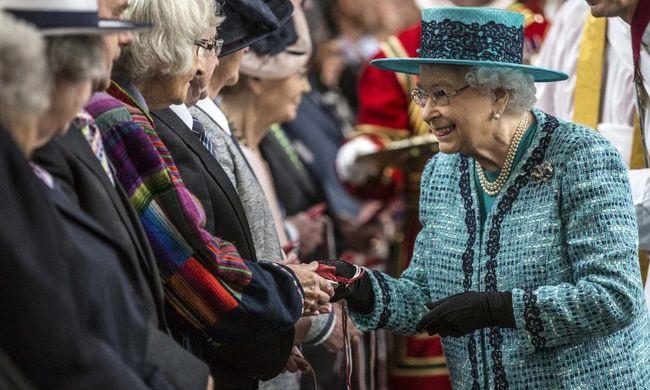 Ezüstpennyket ajándékozott a 90. születésnapját ünneplő brit királynő