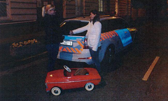 Egy gyerektől lopott pedálos játék autót egy férfi
