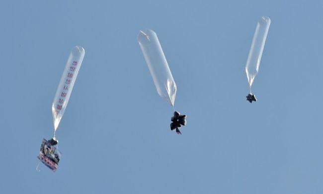 """""""Tűzáradat hulljon a nukleáris megszállottra, Kim Dzsong Unra"""" - ezt az üzenetet vitte a légballon"""