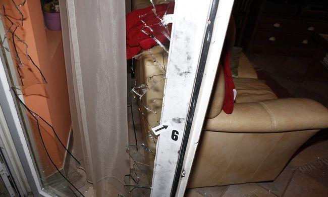 Ásóval törte be az ajtót, a lakók tetten érték