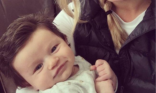 Internetes sztár lett a 10 hetes kisbaba, rengeteg haja van