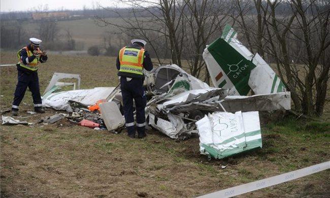 Fotók: lezuhant egy repülő Gödöllő közelében, ketten meghaltak