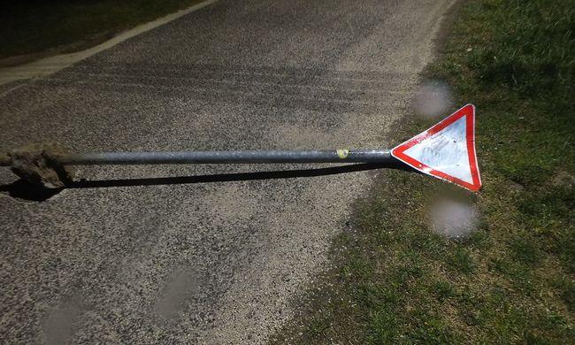 Közlekedési táblákat téptek ki a földből és kukákat borogattak