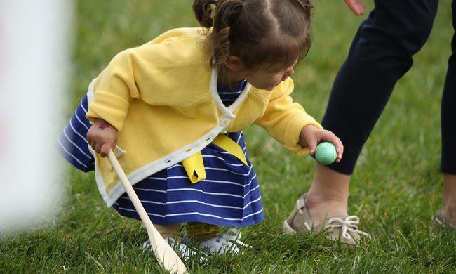Több ezer gyerek a Fehér Ház kertjében a húsvéti tojásgurításon