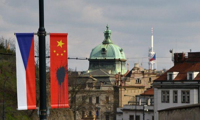 Prágába látogatott a kínai elnök, festékkel öntötték le a kínai zászlót