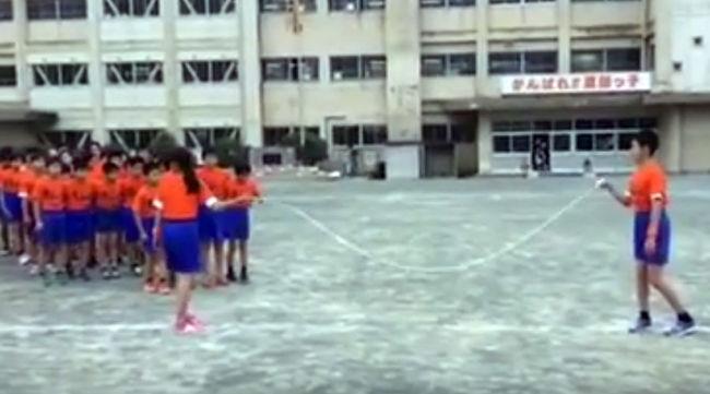 Egy ugrálókötél, nagy fegyelem és rengeteg diák kellett a fantasztikus mutatványhoz - videó