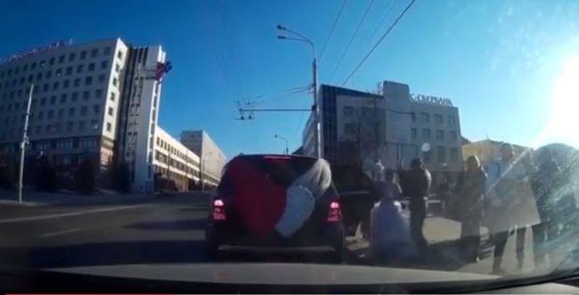 A templomból kilépve esett a vőlegénynek a menyasszony és az anyós - videó