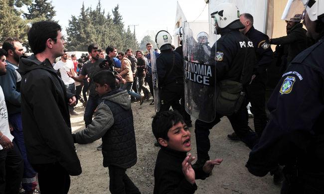 Kövekkel dobálták a migránsok a rendőröket a határon