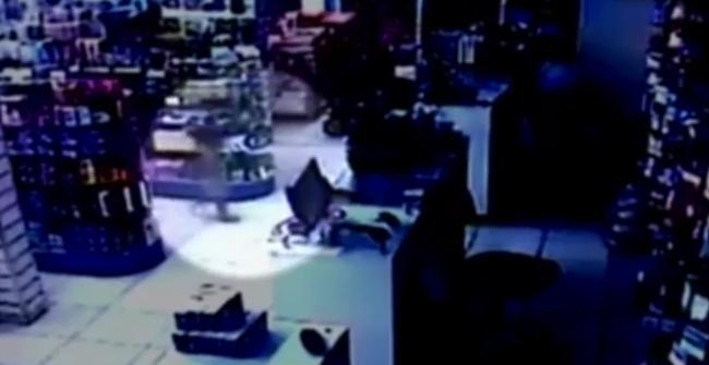 Fegyveres rablás közepébe sétált be egy kisgyerek - videó