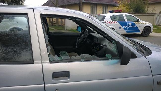 Meg akarta locsolni húsvétkor, de a nő betörte kocsija ablakát