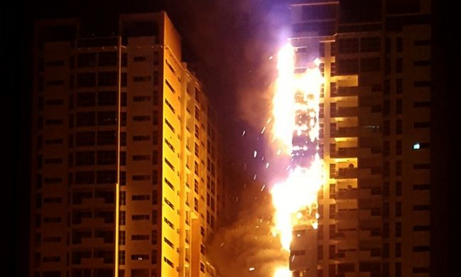 Lángolt egy felhőkarcoló, több száz embert kimentettek