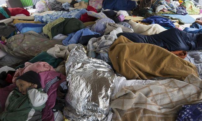 Felszámoltak egy migránstábort Párizsban