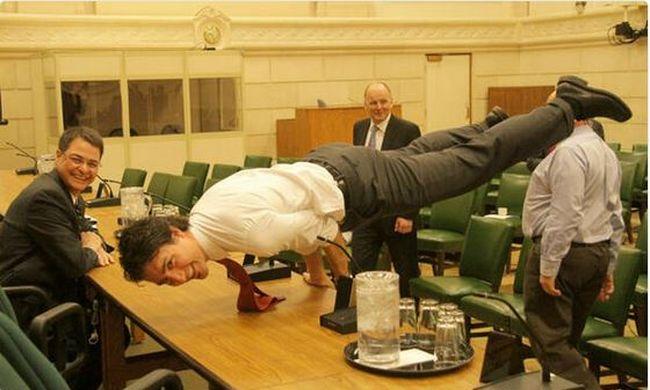 Kézen állt a tárgyaláson a miniszterelnök