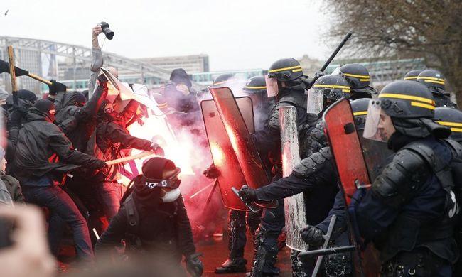 Megverte a tüntető gimnazistát egy rendőr, őrizetbe vették - videó