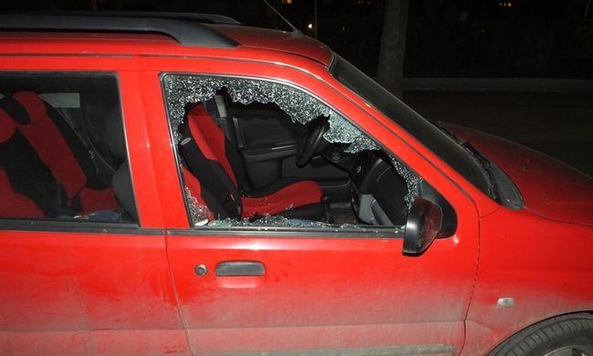Kézzel ütötte be a kocsi ablakát egy táskáért