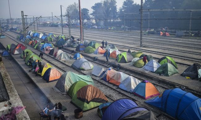 Felszámolták a menekülttábort, újra járnak a vonatok Görögország és Macedónia között