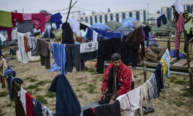 Több száz migráns hagyta el a hevenyészett táborokat Idomeniben