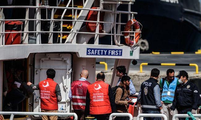 Megérkezett a migránsokat szállító első két hajó Törökországba