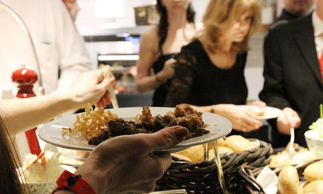 Húst csempészett a vegán fogásokba a szakács
