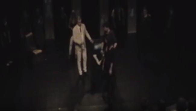 Félbeszakadt az előadás, mert egy néző felrohant a színpadra és megtámadta a színészt - videó