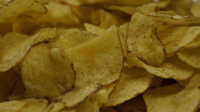 Kiharapott egy darabot felesége arcából, mert beleevett a chipsébe