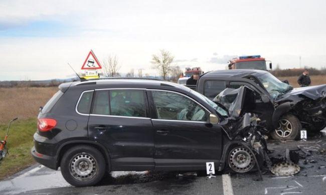 Frontálisan ütközött egy 74 éves sofőr, szörnyethalt az utasa
