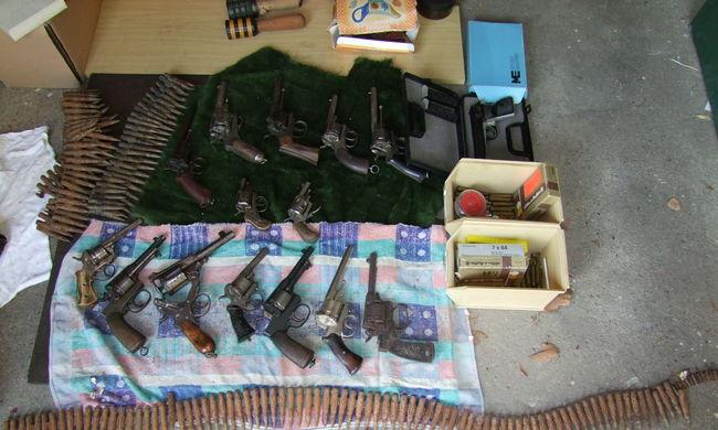 Rengeteg fegyvert tartott magánál illegálisan az idős férfi