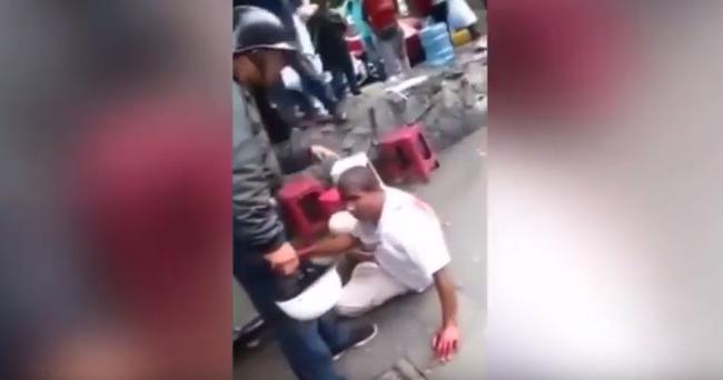 Sokkoló videó: élve gyújtotta fel a dühös tömeg a tolvajt az utcán