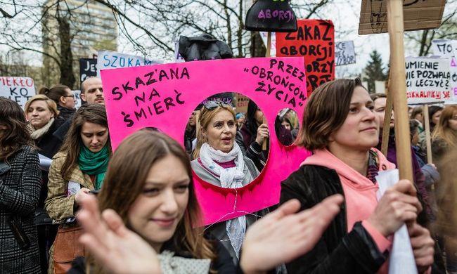Tovább tüntettek a lengyelek az abortusztörvény szigorítása ellen - videó