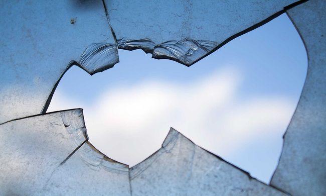 Betörték a gyorsétterem ablakait a dolgozók egy telefonbetyár miatt