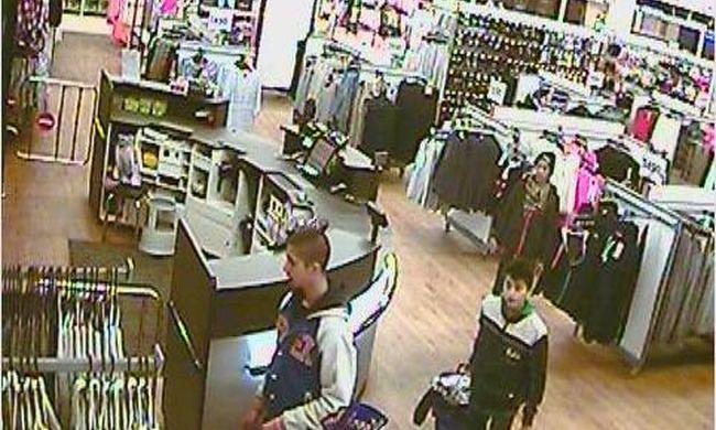 Leszedték a lopásgátlót a ruhákról, majd fizetés nélkül távoztak