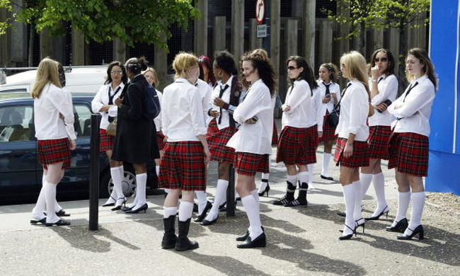 Megtiltották egy iskolában, hogy miniszoknyát hordjanak a lányok