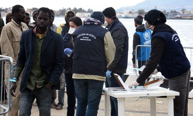 Majdnem 2000 migránst mentettek ki a tengerből Szicíliánál