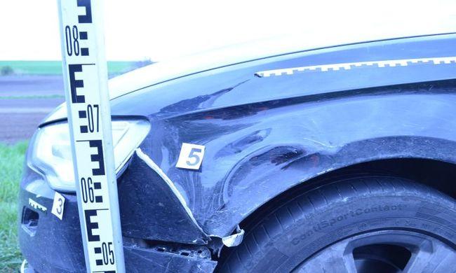 Felvágódott a kocsi tetejére a biciklis, miután elütötték, a sofőr továbbhajtott - videó