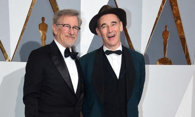 Oscar-díjas színésszel, pápáról forgat filmet Steven Spielberg